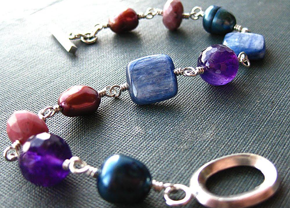 Bijoux fantaisie pas chers et accessoires de mode tendance. Bracelets, colliers, boucles d'oreilles. Des bijoux ethniques, amerindiens, bohemes hippie, vintage.